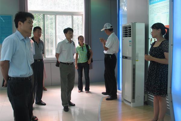 公司领导陪同陈局长一行参观微量元素科普展馆